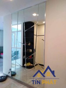 Cách gắn gương gắn tường phòng khách hợp phong thủy